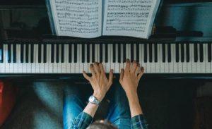 Müzik aleti çalmak nasıl öğrenilir piyano yeni başlayanlar için uygun!